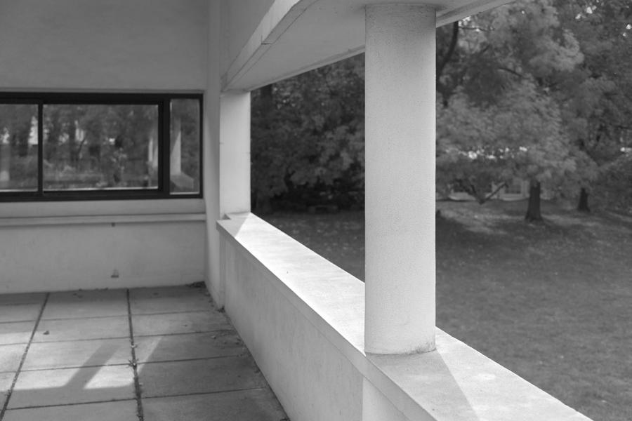 四周的柱子在构造上微微内移,让方盒子的表皮与柱子在视觉上脱离开。 ©Michael Dant