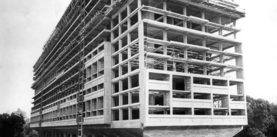 柯布西耶最早在巴黎勒让德餐厅看到了这种空间模式,夹层与通高空间。一大一小或者一高一矮的组合模式,可以让4.6米高的起居室和2.15米高的卧室在一个体系里并存。一分为二与合二为一的结果是一样的,但其出发点,以及对应的建构方式是不一样的。比如马赛公寓构成方式,通常被表述为不同单元的组合,其实从其结构来看(混凝土框架+钢结构夹层),准确的表述应该为三层高的框架里有不同的拆分方式。