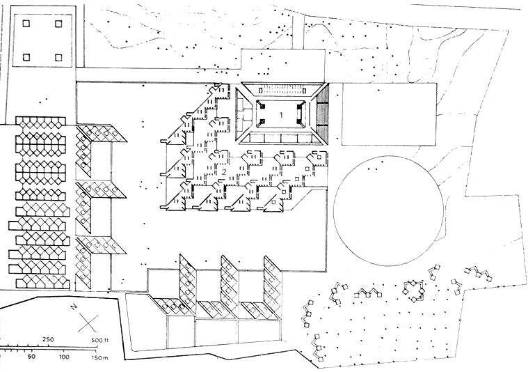 在1963年3月18日提交的第一版总图布局中,芒果树以黑点标记在图上,学生宿舍位于西南部,学校建筑位于基地最上方。中部的图书馆为北面的管理用房,南面的教室和东边的开敞空间所围绕。